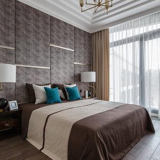 Пример оригинального дизайна: хозяйская спальня в современном стиле с коричневыми стенами, паркетным полом среднего тона и коричневым полом