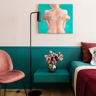 На фото: хозяйская спальня в современном стиле с зелеными стенами, паркетным полом среднего тона и коричневым полом с