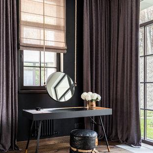 Modelo de dormitorio principal, actual, extra grande, sin chimenea, con paredes negras, suelo de madera oscura y suelo marrón