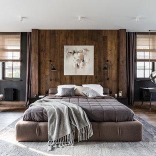 Неиссякаемый источник вдохновения для домашнего уюта: огромная хозяйская спальня в современном стиле с черными стенами, темным паркетным полом и коричневым полом без камина