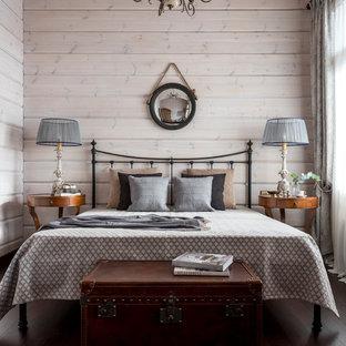 На фото: спальни в стиле кантри с темным паркетным полом, коричневым полом и белыми стенами