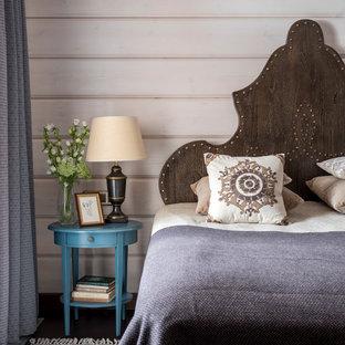На фото: спальня в стиле кантри с темным паркетным полом, коричневым полом и бежевыми стенами с