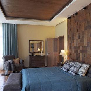 Идея дизайна: большая хозяйская спальня в классическом стиле с бежевыми стенами, темным паркетным полом и коричневым полом