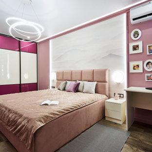 Пример оригинального дизайна: большая хозяйская спальня в современном стиле с розовыми стенами, паркетным полом среднего тона и коричневым полом