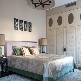 Свежая идея для дизайна: хозяйская спальня среднего размера в стиле современная классика с бежевыми стенами и темным паркетным полом - отличное фото интерьера