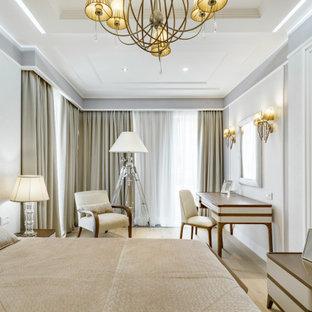 На фото: большая хозяйская спальня в современном стиле с серыми стенами, светлым паркетным полом и бежевым полом