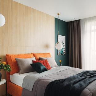 Неиссякаемый источник вдохновения для домашнего уюта: хозяйская спальня в современном стиле с зелеными стенами и светлым паркетным полом без камина
