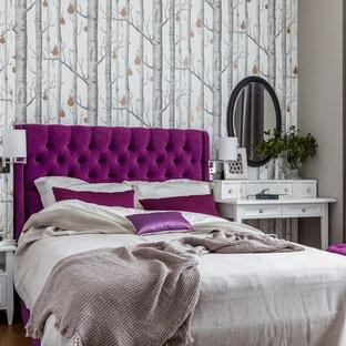 На фото: хозяйские спальни в современном стиле с серыми стенами, коричневым полом и темным паркетным полом