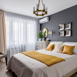 Foto di una piccola camera matrimoniale tradizionale con pareti grigie, pavimento beige e pavimento in laminato