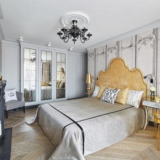 Неиссякаемый источник вдохновения для домашнего уюта: хозяйская спальня в стиле фьюжн с белыми стенами, светлым паркетным полом и бежевым полом