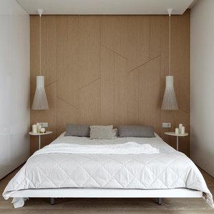 Стильный дизайн: хозяйская спальня в стиле модернизм с белыми стенами, светлым паркетным полом и бежевым полом - последний тренд