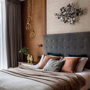 Источник вдохновения для домашнего уюта: спальня в современном стиле с бежевыми стенами, темным паркетным полом, коричневым полом и обоями на стенах