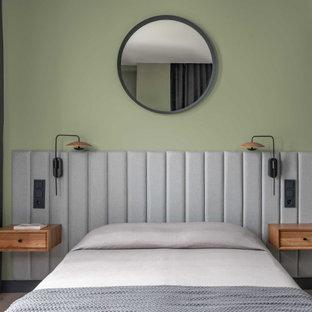 Imagen de dormitorio escandinavo, de tamaño medio, con paredes verdes, suelo de madera clara y suelo gris