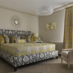 Стильный дизайн: хозяйская спальня в стиле современная классика с бежевыми стенами, светлым паркетным полом и бежевым полом - последний тренд