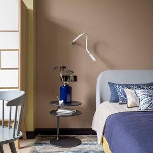 На фото: хозяйская спальня в скандинавском стиле с бежевыми стенами, светлым паркетным полом и бежевым полом