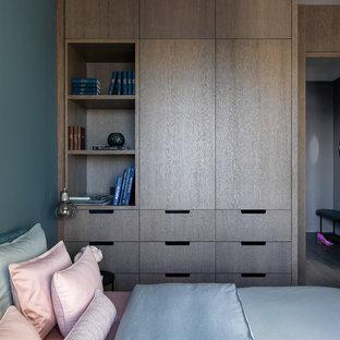 Идея дизайна: маленькая спальня в современном стиле с синими стенами, паркетным полом среднего тона и коричневым полом