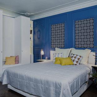 Ejemplo de dormitorio principal, bohemio, con paredes azules, suelo de corcho y chimenea tradicional