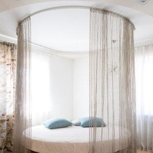 На фото: спальни в современном стиле с белыми стенами и бежевым полом