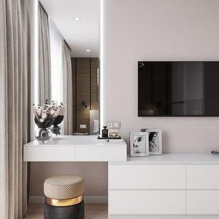 他の地域の小さいコンテンポラリースタイルのおしゃれな主寝室 (ベージュの壁、ラミネートの床、茶色い床) のインテリア