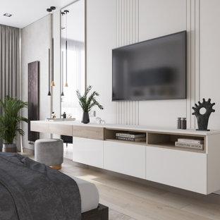 Diseño de dormitorio principal, contemporáneo, de tamaño medio, con suelo beige, paredes beige y suelo laminado