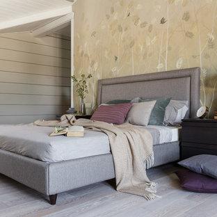 Источник вдохновения для домашнего уюта: большая хозяйская спальня в современном стиле с бежевыми стенами, светлым паркетным полом и серым полом