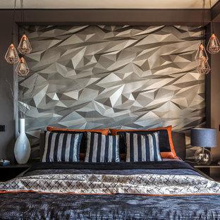 Удачное сочетание для дизайна помещения: хозяйская спальня среднего размера в современном стиле с серыми стенами, полом из ламината и коричневым полом - самое интересное для вас