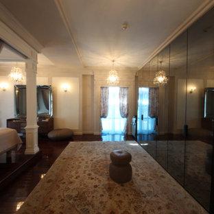 Modelo de dormitorio principal y papel pintado, tradicional renovado, grande, papel pintado, sin chimenea, con paredes grises, suelo de madera oscura, suelo rojo y papel pintado