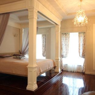 Foto de dormitorio principal y papel pintado, clásico renovado, grande, papel pintado, sin chimenea, con paredes grises, suelo de madera oscura, suelo rojo y papel pintado