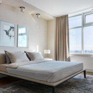 Неиссякаемый источник вдохновения для домашнего уюта: хозяйская спальня среднего размера в современном стиле с бежевыми стенами, паркетным полом среднего тона и коричневым полом без камина