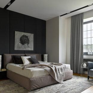 Пример оригинального дизайна: большая хозяйская спальня в современном стиле с серыми стенами, паркетным полом среднего тона и бежевым полом