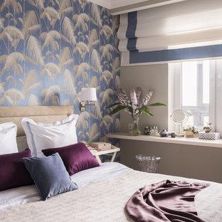 Пример оригинального дизайна: хозяйская спальня среднего размера в стиле современная классика с разноцветными стенами, светлым паркетным полом и бежевым полом без камина