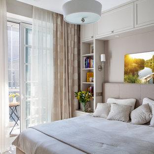Пример оригинального дизайна интерьера: хозяйская спальня в стиле современная классика с розовыми стенами