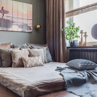 モスクワの小さいコンテンポラリースタイルのおしゃれな主寝室 (グレーの壁、コルクフローリング、茶色い床、間仕切りカーテン) のレイアウト