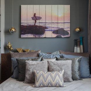 Пример оригинального дизайна: маленькая хозяйская спальня в современном стиле с серыми стенами, пробковым полом и коричневым полом