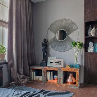 Exempel på ett litet modernt huvudsovrum, med korkgolv, brunt golv och grå väggar