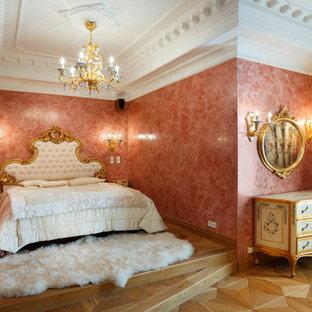 Foto de dormitorio principal, clásico, con paredes rosas y suelo de madera clara
