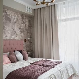 Неиссякаемый источник вдохновения для домашнего уюта: спальня в современном стиле с серыми стенами, паркетным полом среднего тона и коричневым полом