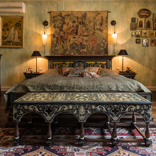 На фото: хозяйская спальня в викторианском стиле с зелеными стенами, темным паркетным полом и коричневым полом