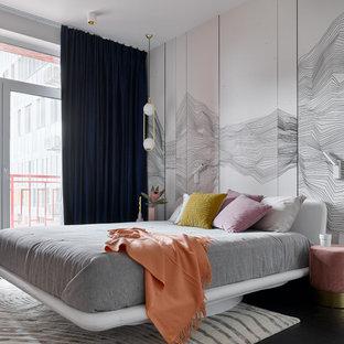 Свежая идея для дизайна: хозяйская спальня среднего размера в современном стиле с разноцветными стенами, черным полом и кроватью у окна без камина - отличное фото интерьера