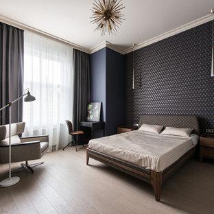 Идея дизайна: хозяйская спальня в современном стиле с черными стенами, светлым паркетным полом и бежевым полом