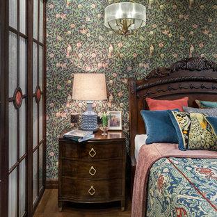 На фото: дорогие спальни среднего размера в викторианском стиле с темным паркетным полом, коричневым полом и зелеными стенами для хозяев