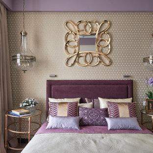 Стильный дизайн: маленькая хозяйская спальня в стиле современная классика с разноцветными стенами, паркетным полом среднего тона и коричневым полом - последний тренд