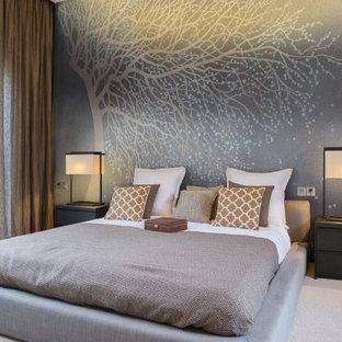 Пример оригинального дизайна: большая гостевая спальня в современном стиле с ковровым покрытием, бежевым полом и серыми стенами