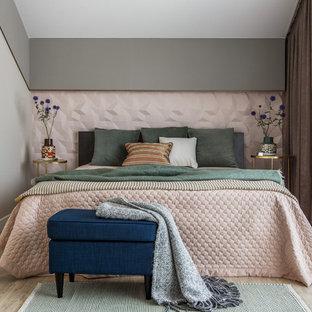 Пример оригинального дизайна: спальня среднего размера в стиле современная классика с серыми стенами, светлым паркетным полом и бежевым полом