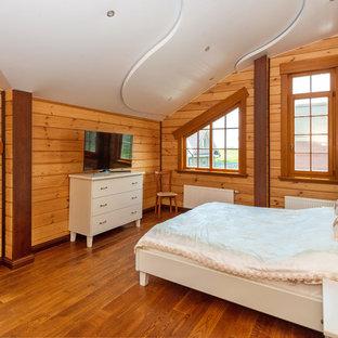 Неиссякаемый источник вдохновения для домашнего уюта: гостевая спальня среднего размера в классическом стиле с бежевыми стенами и темным паркетным полом