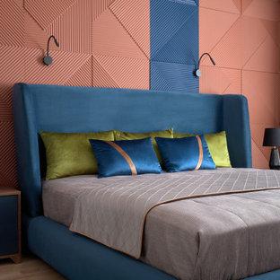 Стильный дизайн: хозяйская спальня среднего размера в современном стиле с светлым паркетным полом и бежевым полом - последний тренд
