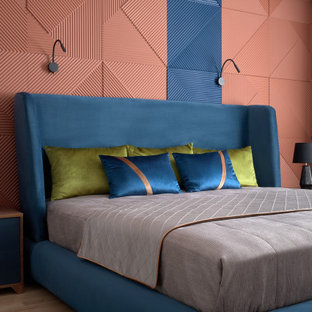 モスクワの中くらいのコンテンポラリースタイルのおしゃれな主寝室 (淡色無垢フローリング、ベージュの床、マルチカラーの壁、パネル壁) のレイアウト