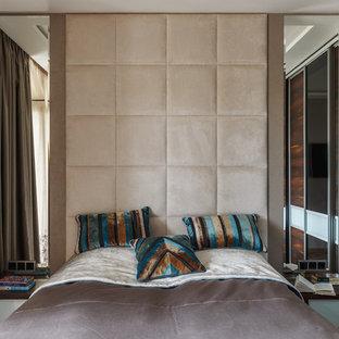 На фото: с высоким бюджетом хозяйские спальни среднего размера в современном стиле с полом из винила и коричневыми стенами без камина