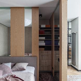 На фото: хозяйская спальня в современном стиле с ковровым покрытием с
