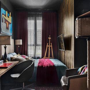 Ispirazione per una camera matrimoniale industriale di medie dimensioni con pareti nere, pavimento in laminato e pavimento marrone